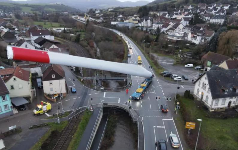 Грузовик перевезлопасть ветрогенератора длиной 67 метров / фото linkedin.com