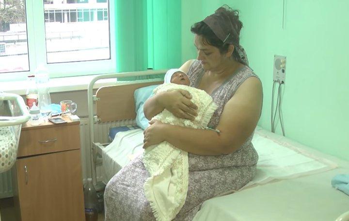 Новорожденный Павлик с мамой Светланой / скриншот Общественного