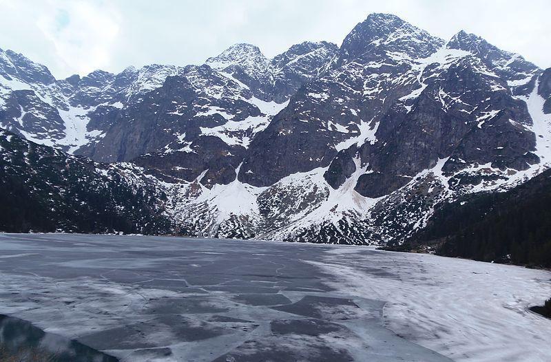 Озеро Морске Око покрыто льдом / фото Википедия