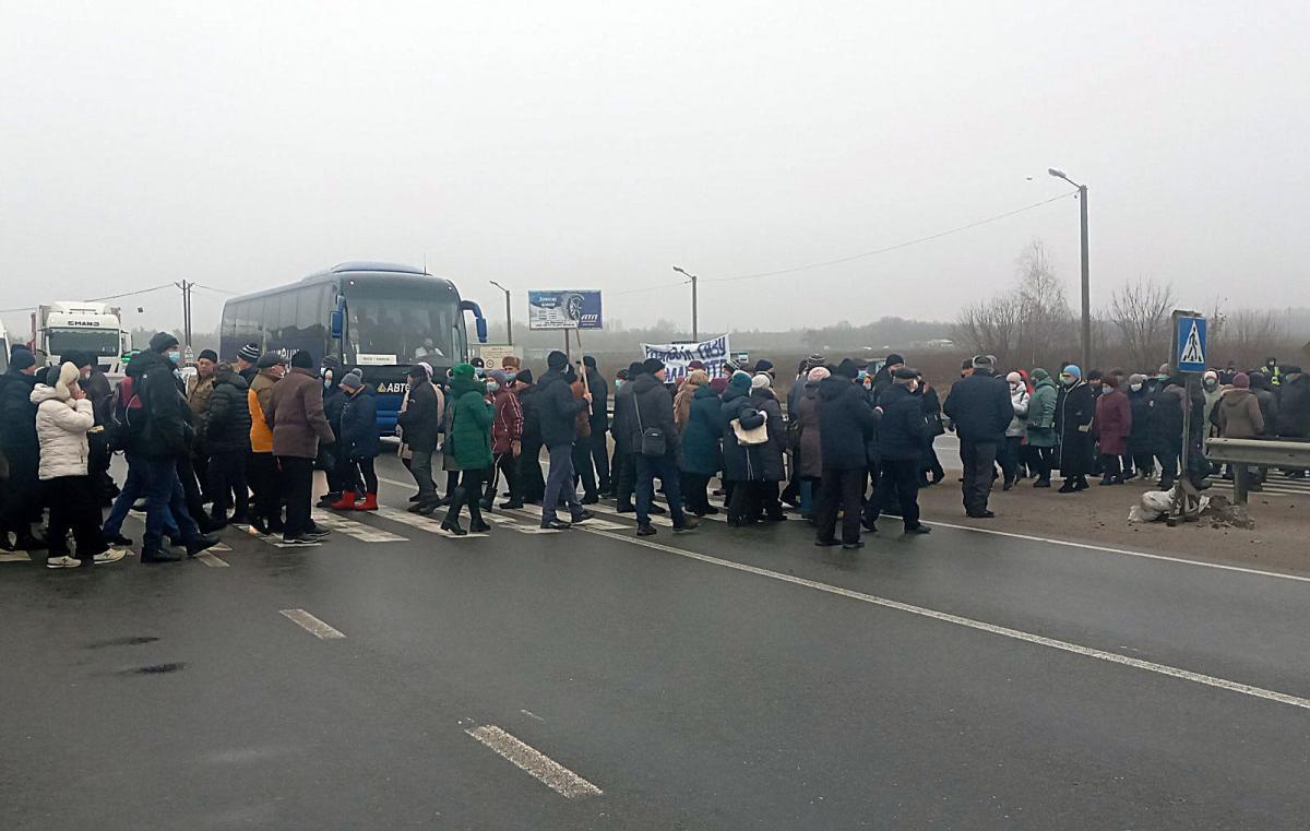 Через акцію протесту у заторі стоять близько 100 автомобілів / фото Нацполіція