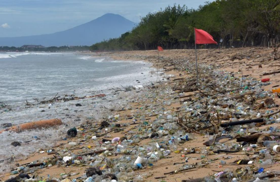 Пляж на Бали превратился в свалку / фото antaranews.com