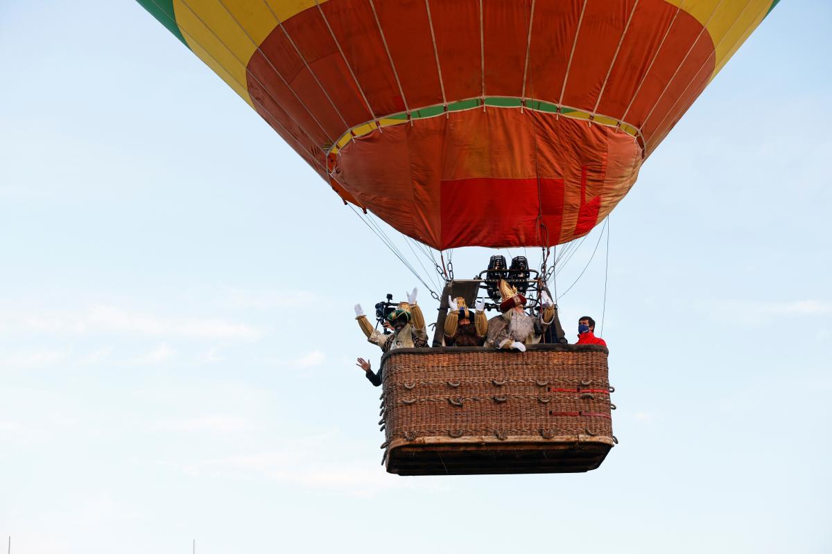 Трое волхвов в небе над Севильей / фото REUTERS