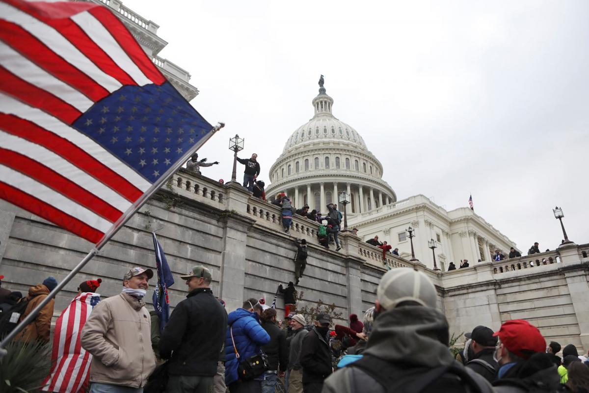 6 січня у Вашингтоні сотні прихильників Трампа увірвалися в будівлю Капітолію/ фото REUTERS
