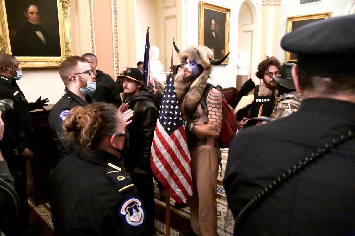 """""""Шаман"""", прославившийся в сети во время штурма Капитолия, был одним из поклонниковтеории заговора QAnon/ фото REUTERS"""