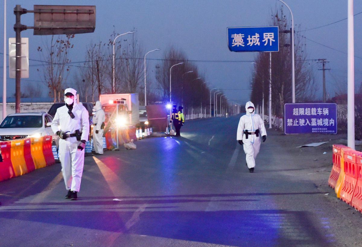 Китай ужесточает карантин из-за нового скачка заражений коронавирусом /REUTERS