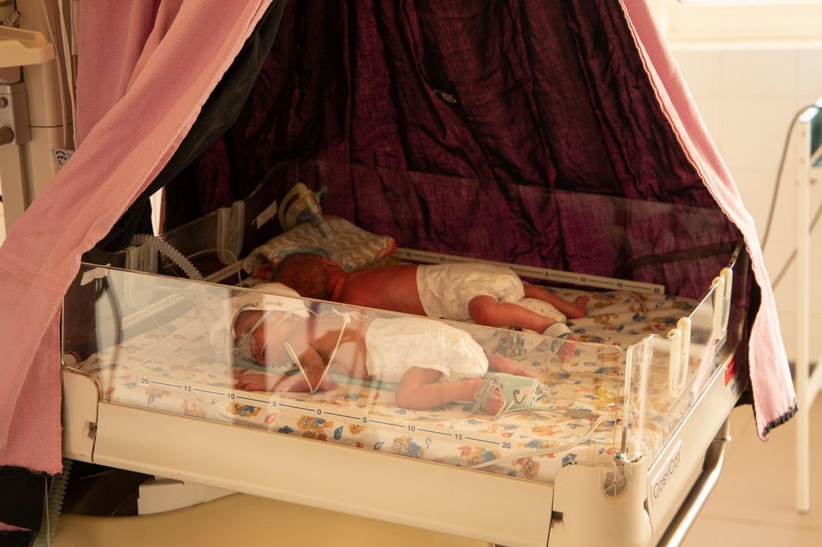 Хлопчик та дівчинка з четверні наразі на штучній вентиляції легень / фото УНІАН, Наталія Петерварі