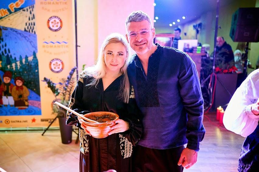 Οι Tonya Matvienko και Arsen Mirzoyan αποκαλούν την αγάπη ένα μυστικό συστατικό στον χριστουγεννιάτικο τύπο / φωτογραφία τους