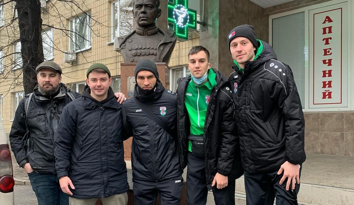Алексей Лобов (крайний справа) посетил с фанатами военный госпиталь / фото facebook.com/obolonfc