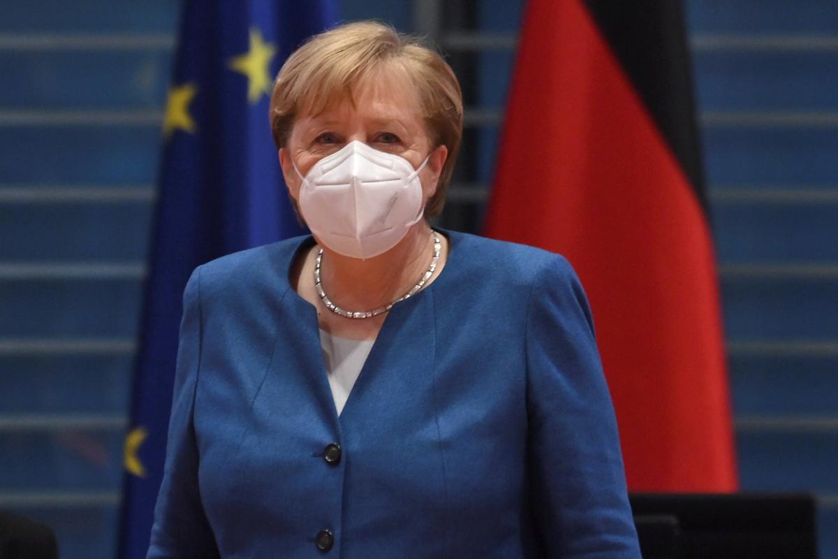Меркель считает, чтоослабление карантинных мернужно осуществлятьпостепенно / Иллюстрация REUTERS