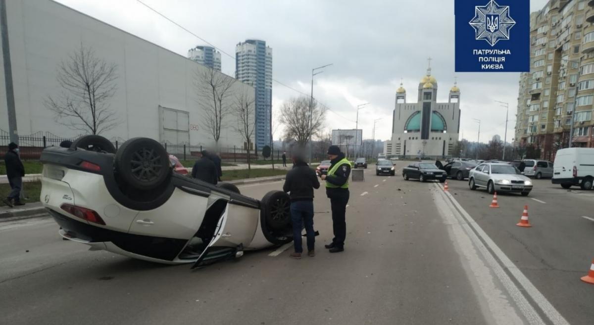От удара белый автомобиль перевернулся на крышу / фото патрульная полиция Киева