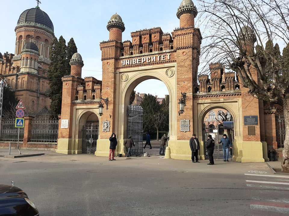 Ворота відновлено сьогодні / фото УНІАН