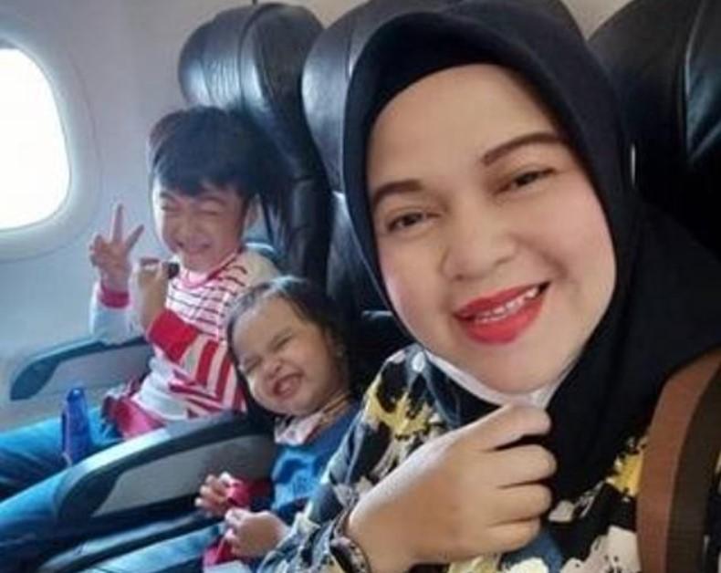 Перед вылетом Ратих Виндания, путешествовавшая с тремя детьми, поделилась своим снимком с родственниками/ фото Daily Mail