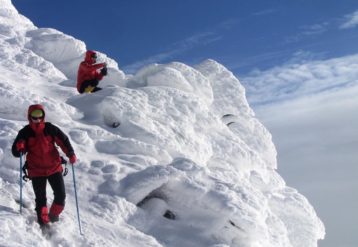 Ілюстрація: вчені вимірюють рівень лавинної небезпеки / Фото facebook.com/chornogora.rescue112