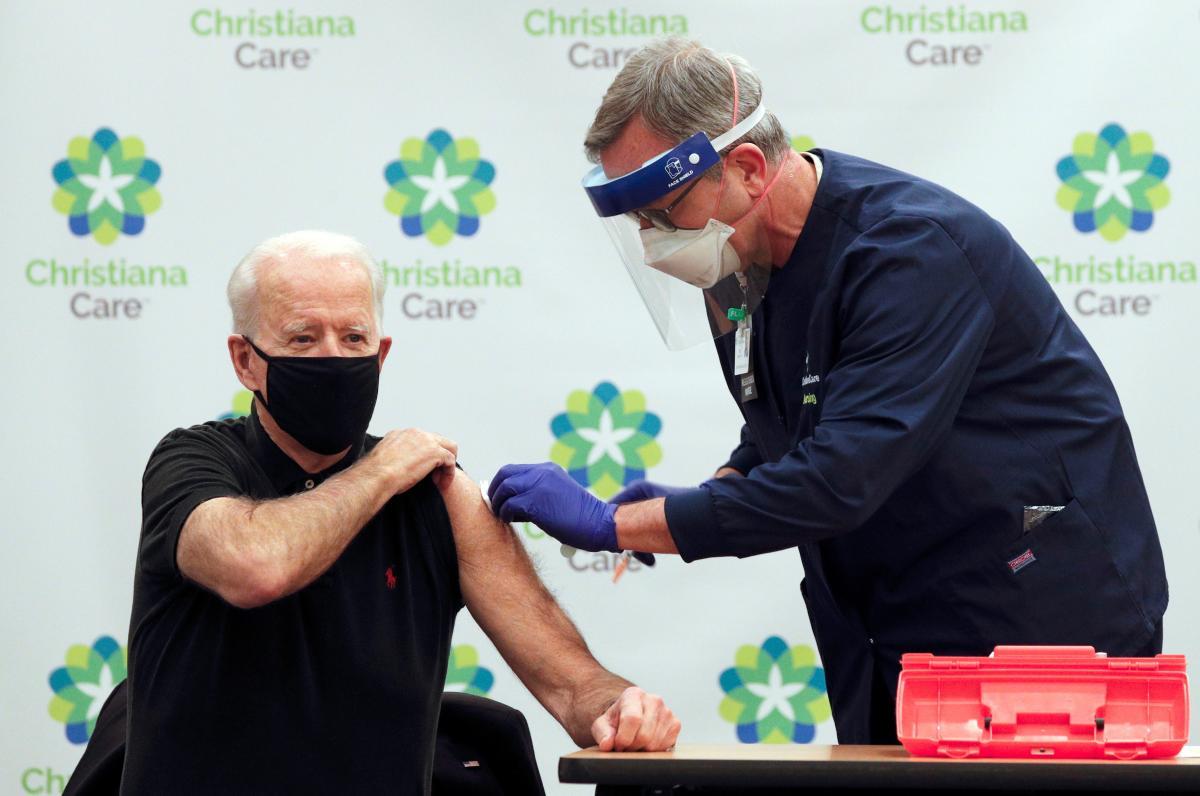 Байден получил вторую прививку против коронавируса / фото REUTERS