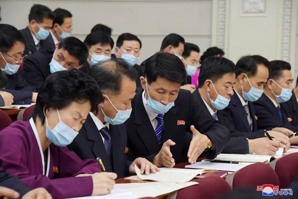 Почему чиновников вдруг обязали носить маски - неизвестно/ Фото REUTERS