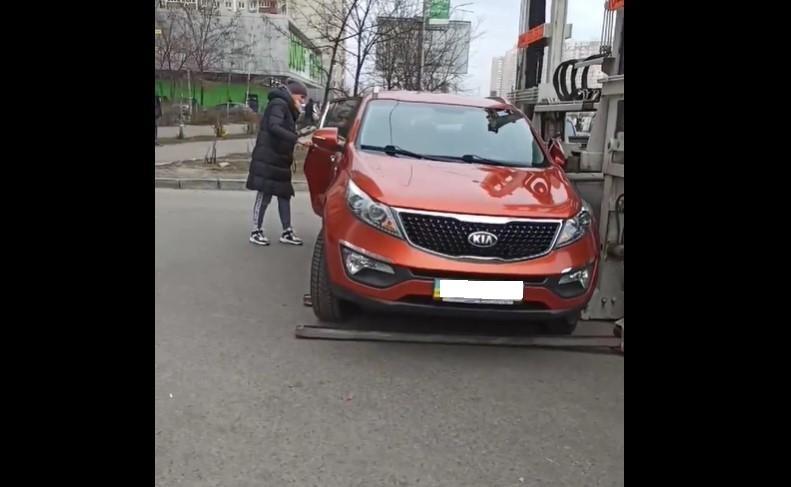 В Киеве эвакуатор едва не забрал машину с ребенком в салоне / Скриншот