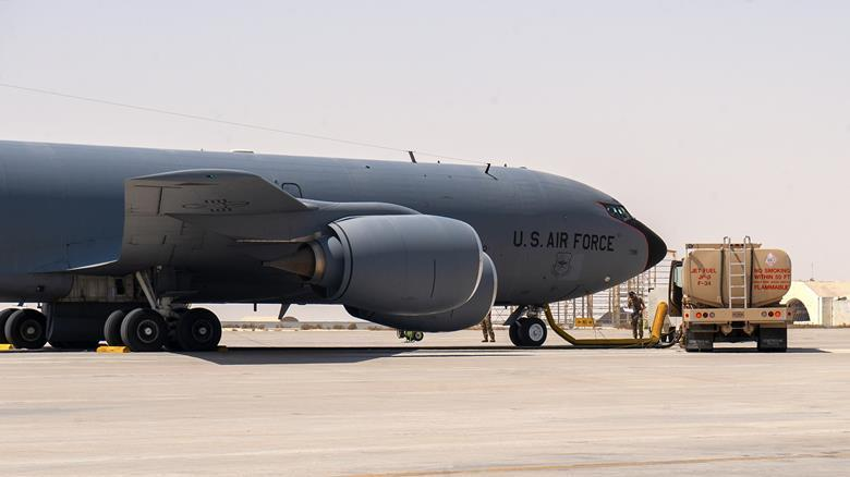 """""""Гаряча"""" дозаправка літака / фото flightglobal.com"""