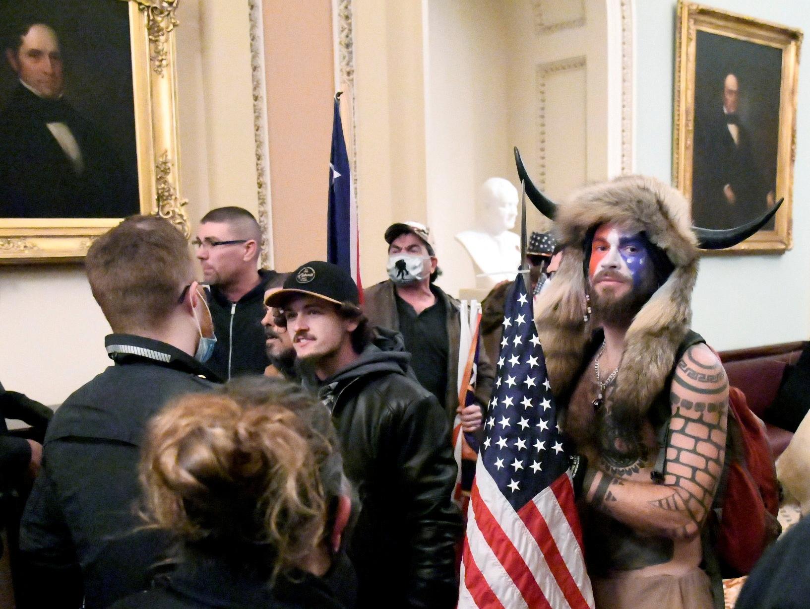 "Чем живет ""шаман Трампа"", штурмовавший Капитолий / Mike Theiler/Reuters"