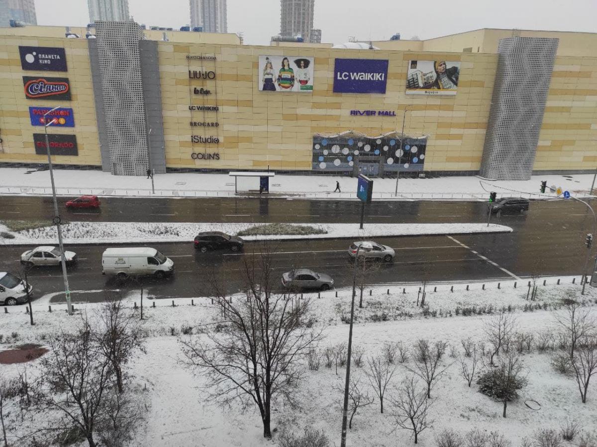 Снег лежит на тротуарах и газонах / Фото: Апостроф