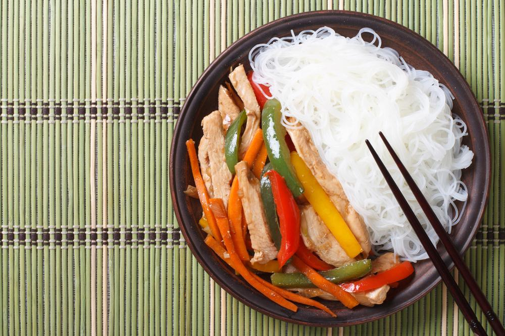 Рисова локшина з овочами і куркою / фото ua.depositphotos.com