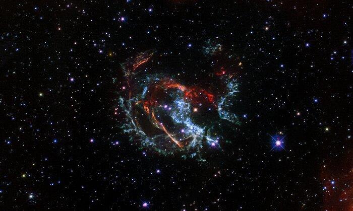 Ученые установили, что это остатки взорвавшейся сверхновой / фото NASA, ESA, and J. Banovetz and D. Milisavljevic