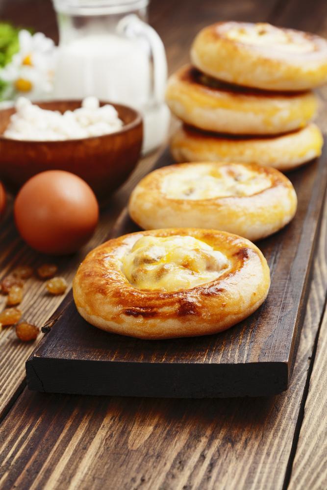 Рецепт ватрушок з сиром і родзинками / фото ua.depositphotos.com
