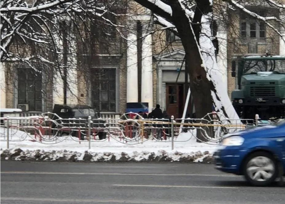"""Под зданием дома культуры также заметили """"вооруженных"""" людей/ фото Telegram Los Solomas Киев"""