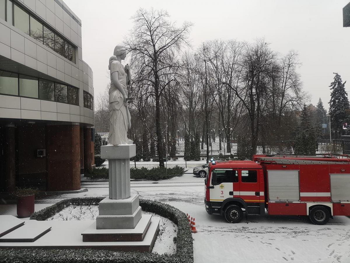 На место работают профильные службы / фото facebook.com/Kyiv.Court.Of.Appeal