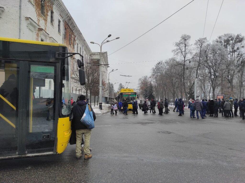 На митинг перед ОГА вышли около 200 горожан / фото zmist.pl.ua