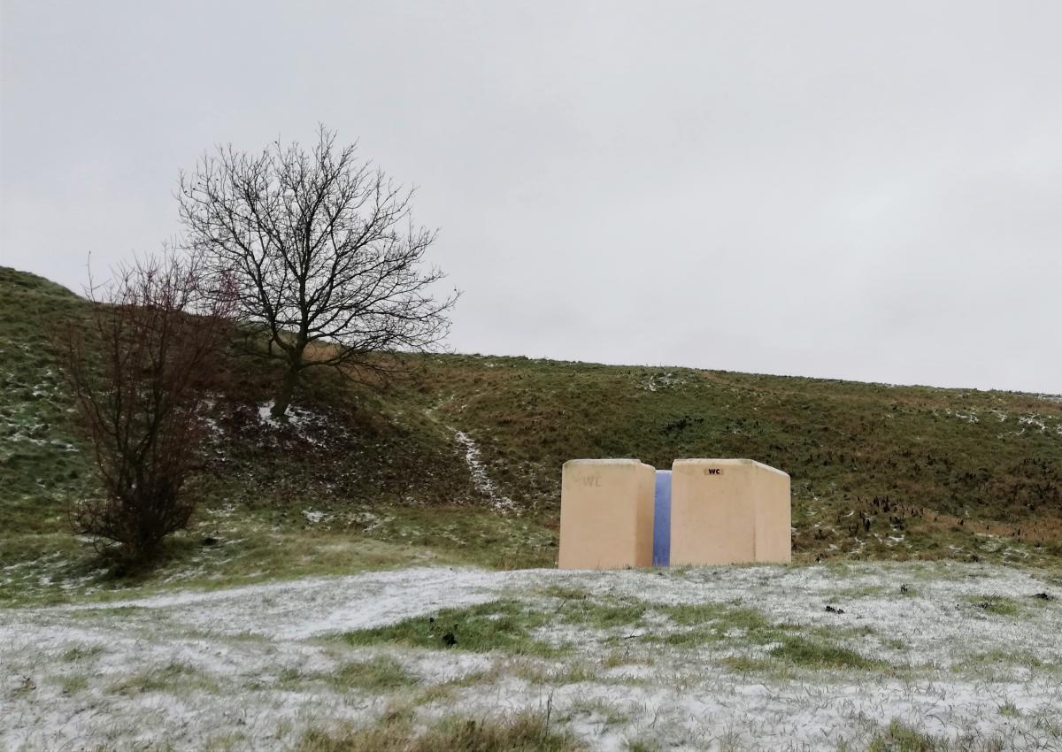 Вот с такими туалетами в Хотинской крепости вскоре распрощаются / фото Марина Григоренко