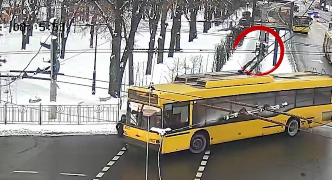 На Солом'янській площі у Києві тролейбус збив жінку на пішохідному переході / скрін відео