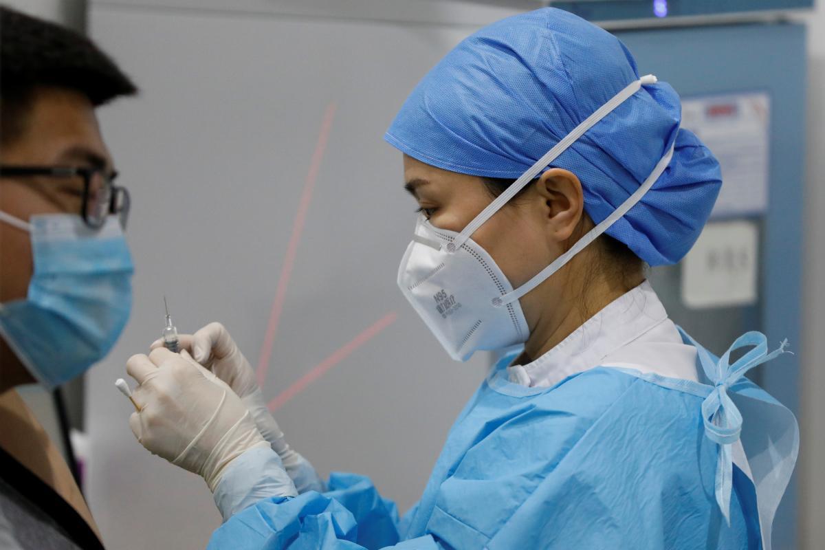 У переболевшего коронавирусом человека может быть приглушена симптоматика \ фото REUTERS