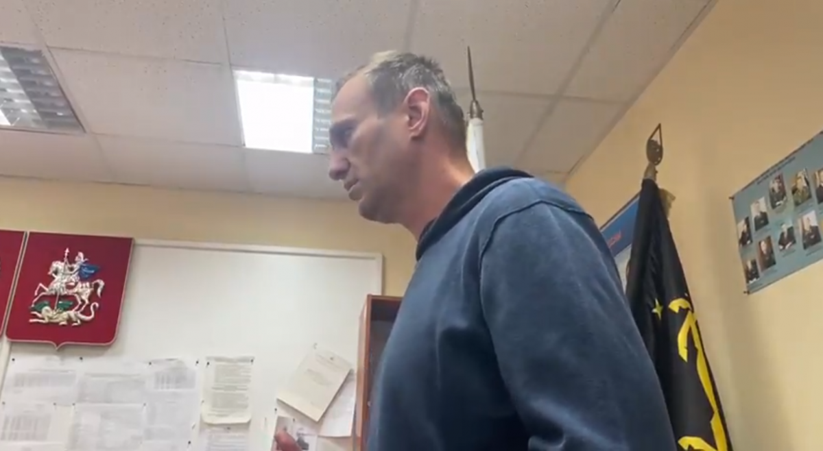 Навального судят прямо в отделении полиции/ фото скриншот
