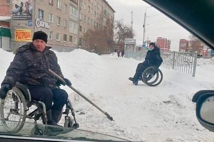 Россиянин заверил, что чистка снега для него что-то вроде тренажерного зала/ фото: страница «Типичный Новосибирск» во «ВКонтакте»