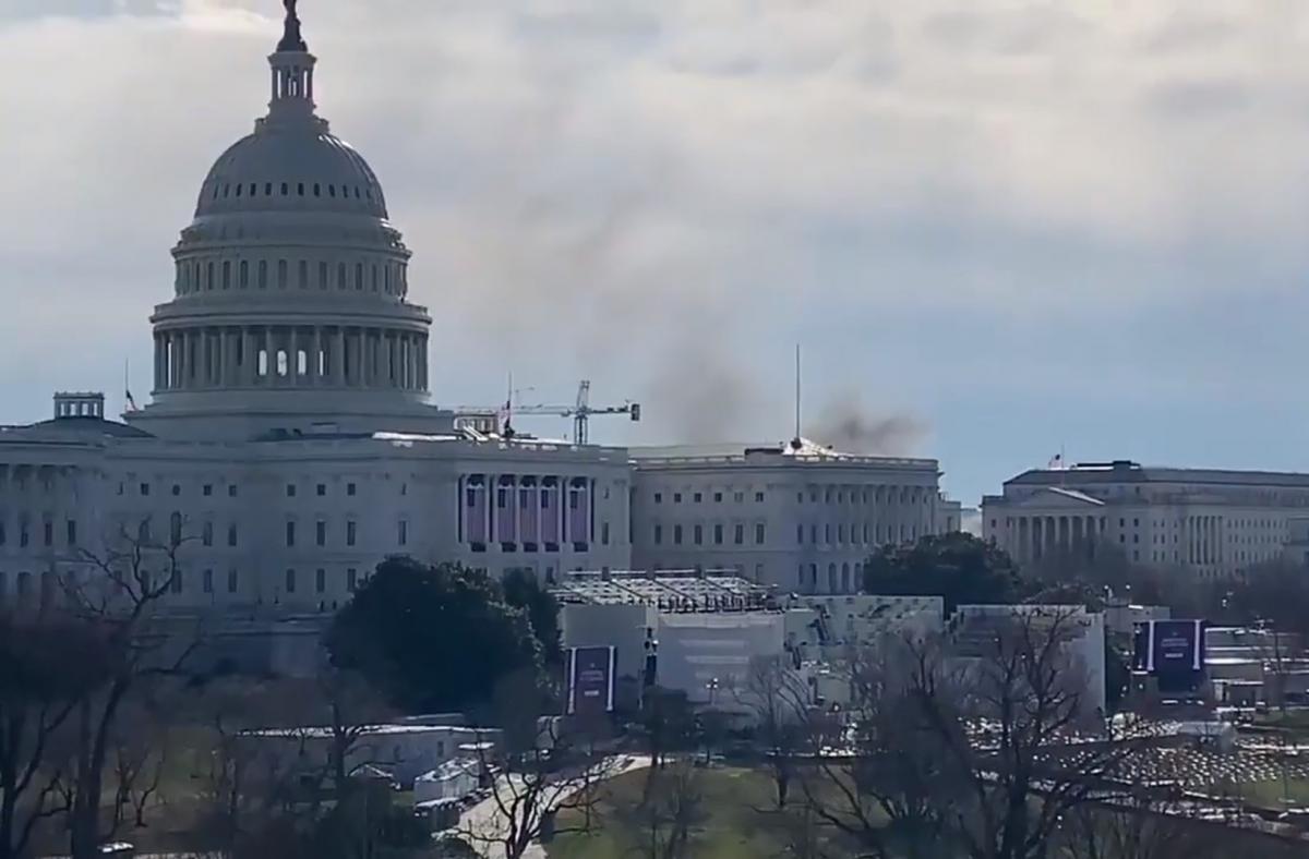 По данным СМИ, часть парламентского комплекса на Капитолии была эвакуирована/ скриншот из видео