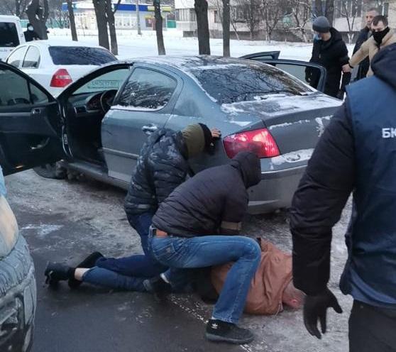 В Киеве задержали полицейского, который требовал 10 тыс. долларов взятки / фото gp.gov.ua