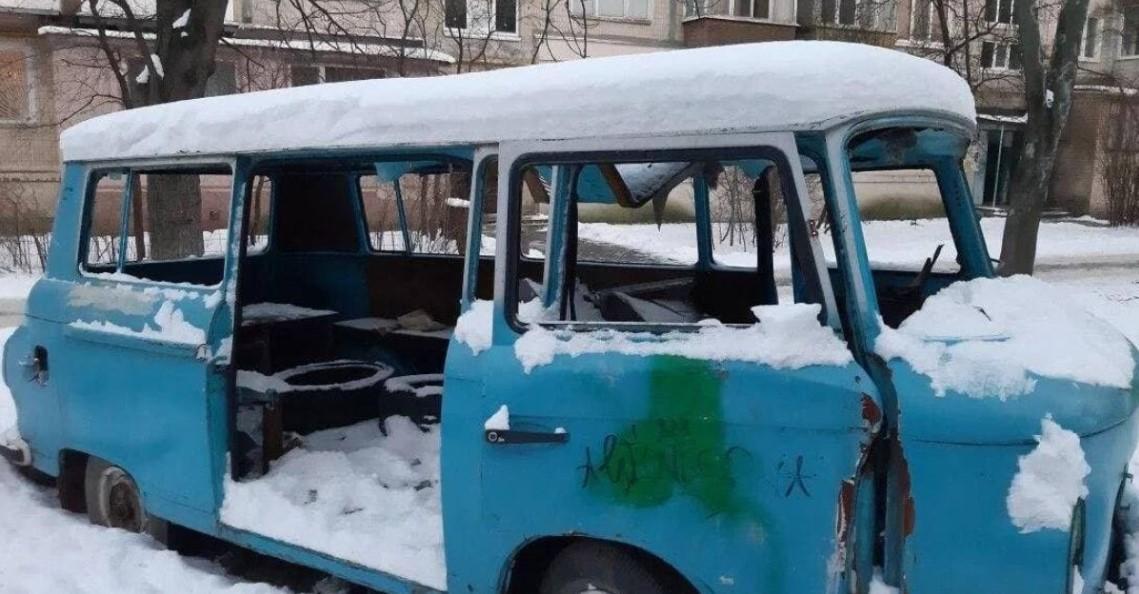 Мужчину нашли 15 января в развалившемся микробусе / фото Прокуратура Киева