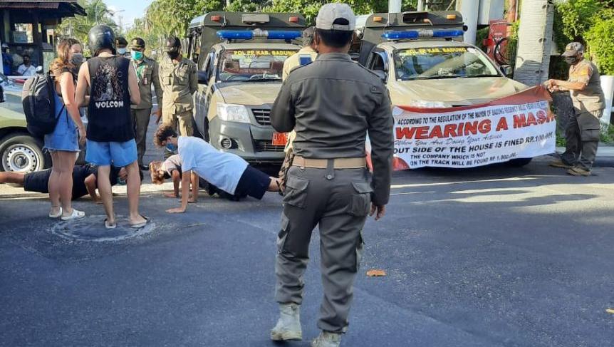 Туристов на Бали наказывают отжиманиями за отсутствие масок/ фото abc