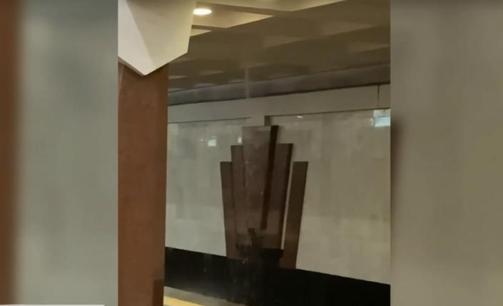 В метро Харкова прорвало трубу водогону / скріншот з відео