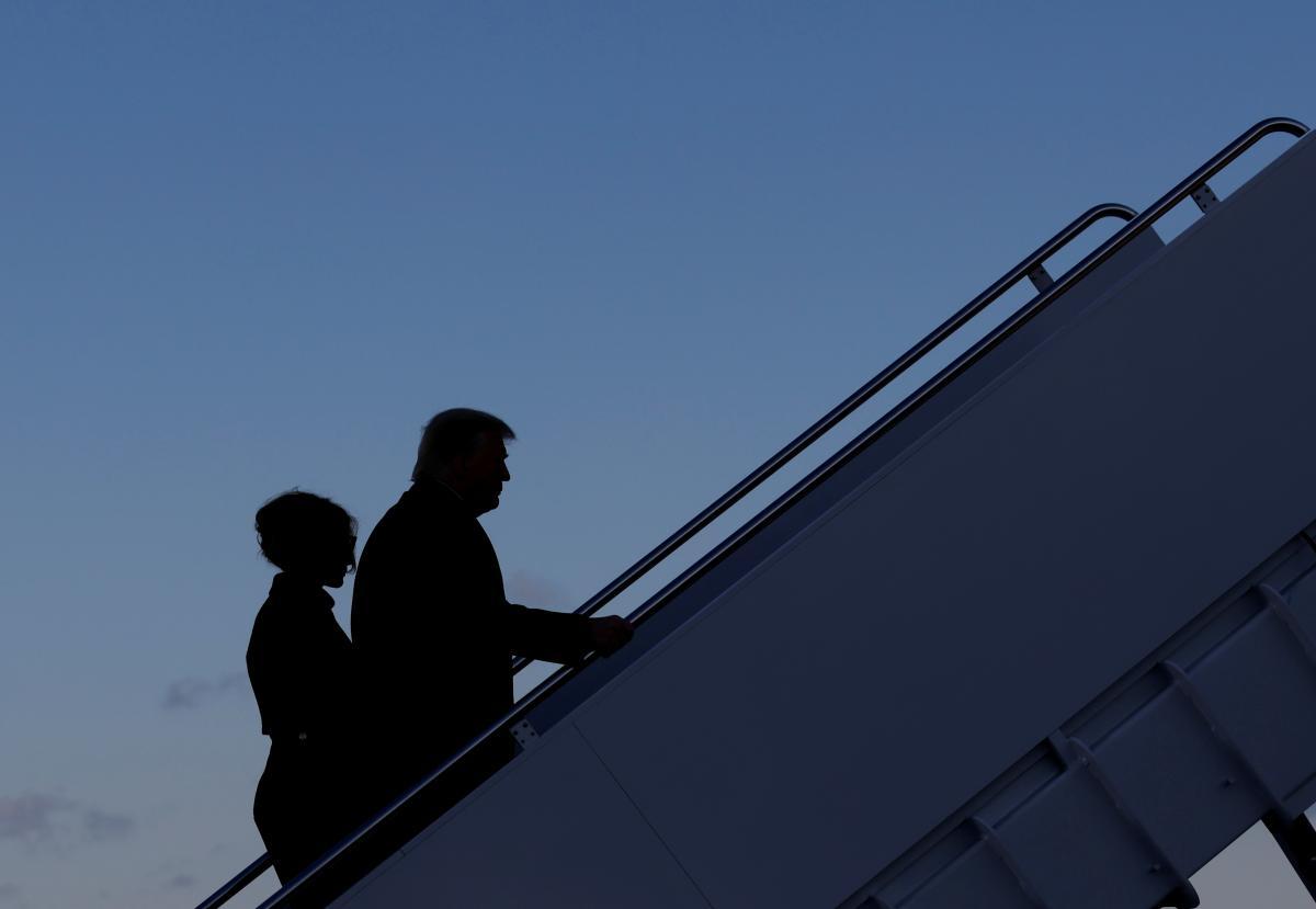 Трамп и его жена сошли по красной дорожке на борт самолета, который отправился во Флориду / фото REUTERS