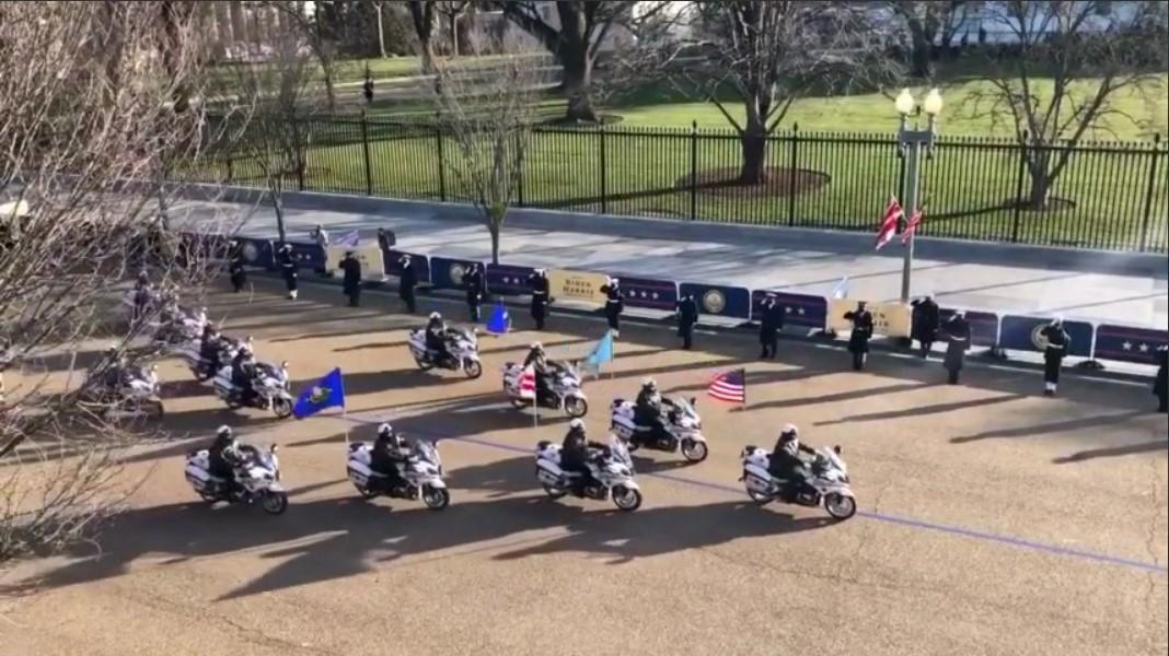 Байдена сопровождал эскорт мотоциклистови военный оркестр/ скриншот из видео