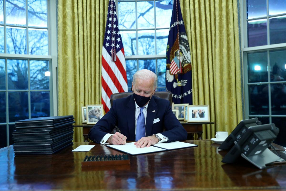 Байден подписал первые указы на посту президента / фото REUTERS