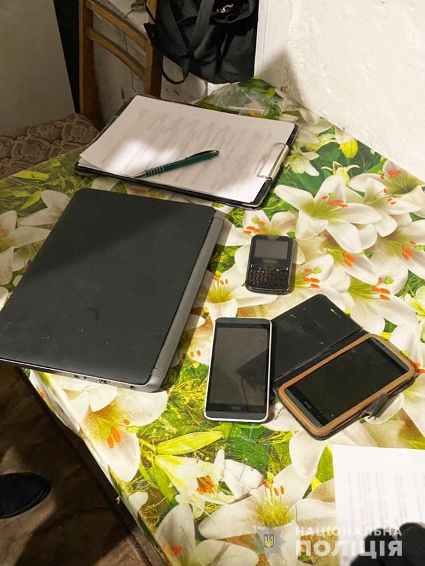 В ходе обыска полицейские изъяли у 42-летнего мужчины мобильные телефоны и ноутбук / cn.npu.gov.ua