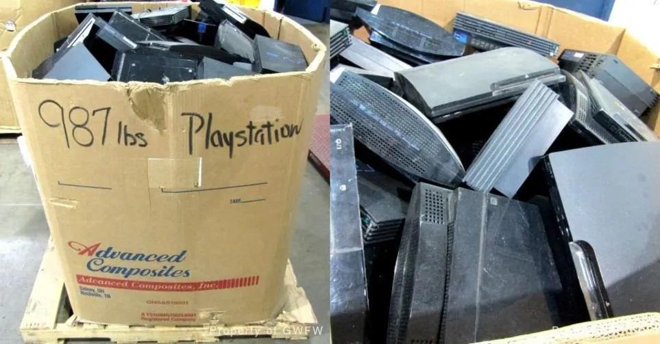 Коробка с консолями PlayStation / фото Goodwill