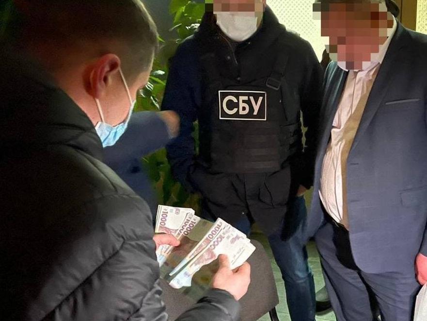 Чиновник отримав хабар у два етапи / фото Офісу генпрокурора