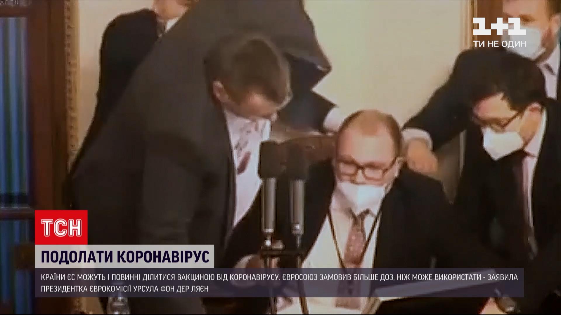 Один из депутатов не только проигнорировал требование носить маску, но и начал оскорблять коллег / скриншот из видео