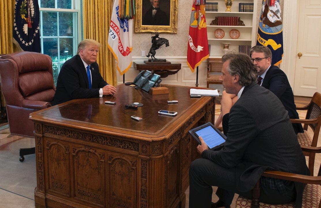 У Трампа была кнопка для заказа колы / фото twitter.com/tnewtondunn