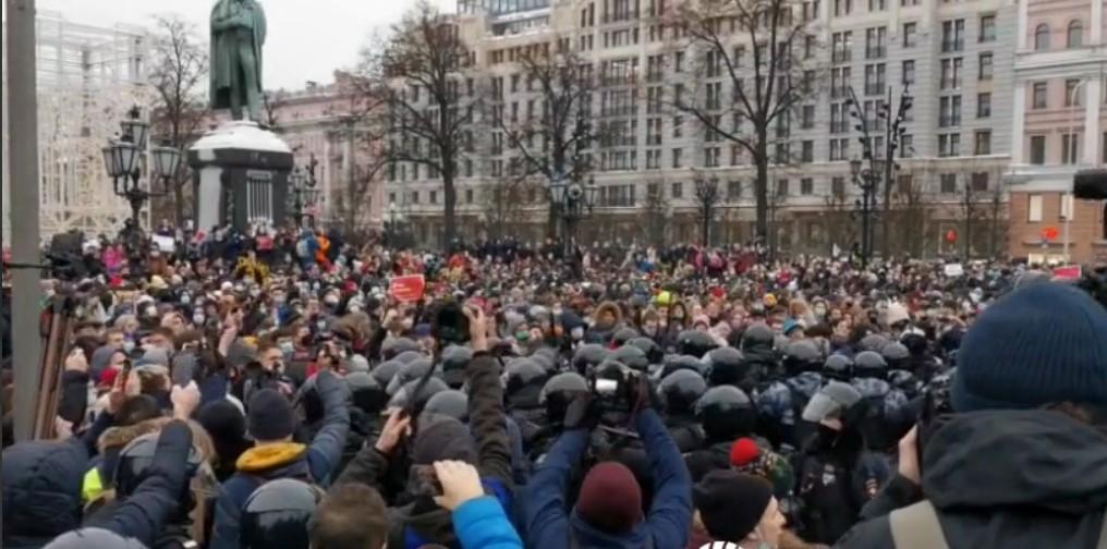 Участники акции закидали полицию яйцами и бутылками/ скриншот из видео