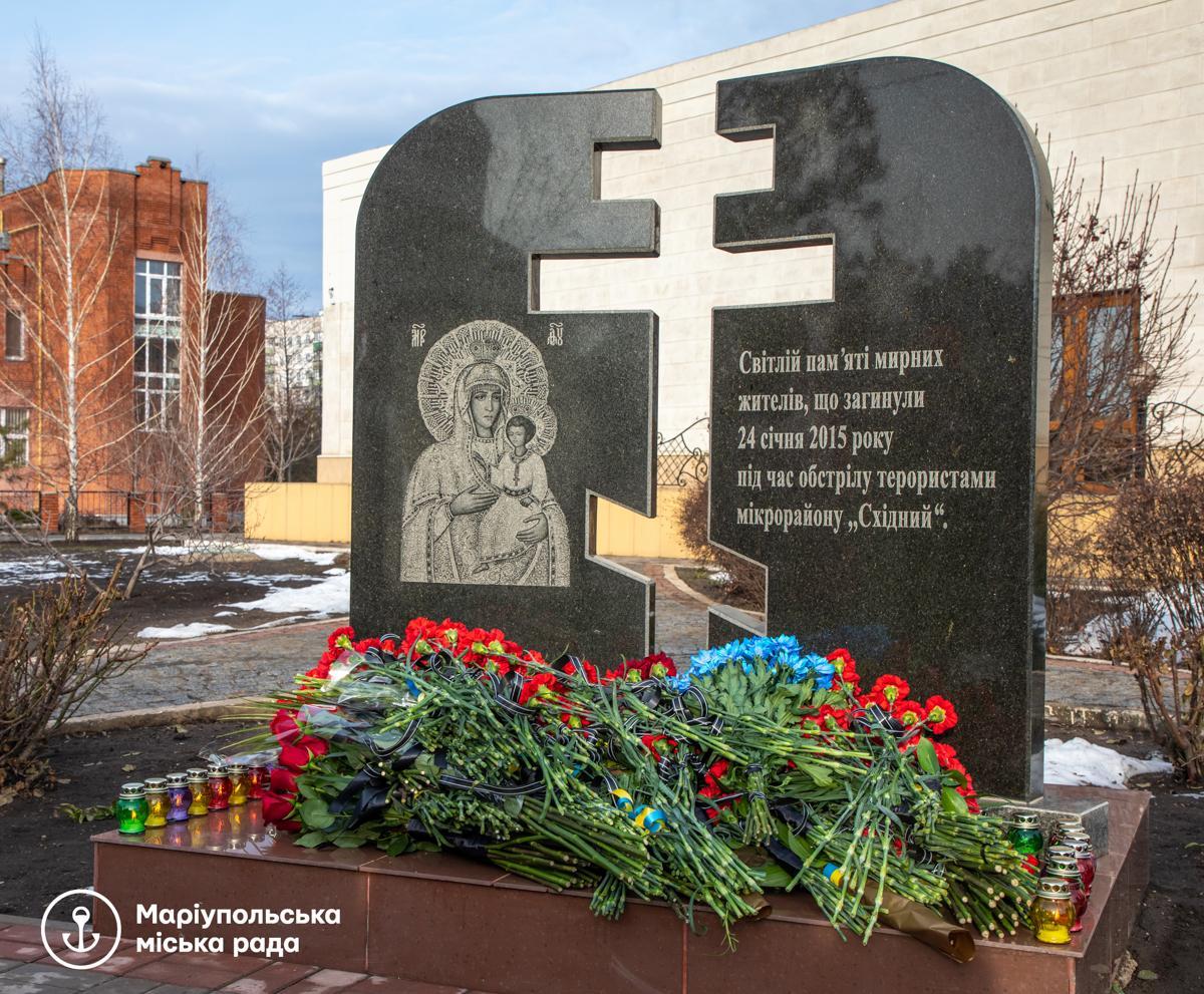 """К памятномузнакуПогибшим в необъявленной войне"""" возложилицветы / фото mariupolrada.gov.ua"""