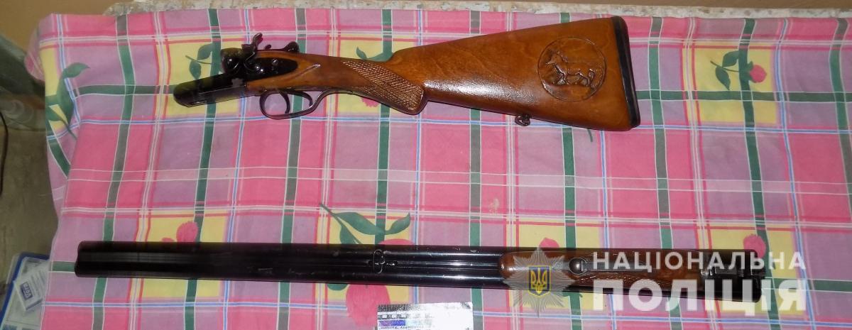 В квартирі одного з місцевих мешканців було виявлено гладкоствольну зброю / фото tp.npu.gov.ua